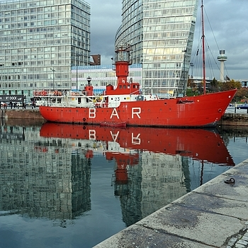 Drink in front of the BAR (Albert Dock - Liverpool)