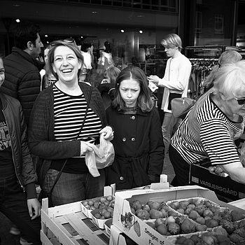JUNE 10 - Nina with her children in the market square | LEICA ELMARIT 28MM F2.8