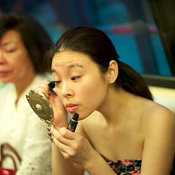 Girl finishing up her make-up on the subway | SUMMILUX-M 1:1.4/50 ASPH