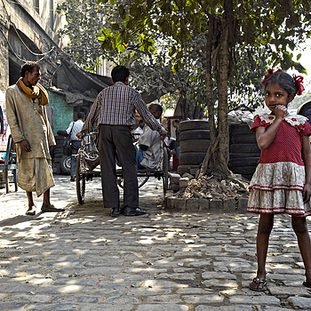 Young Girl waits for her Father to finish gossiping Kolkata | LEICA SUMMICRON 28MM F2 ASPH