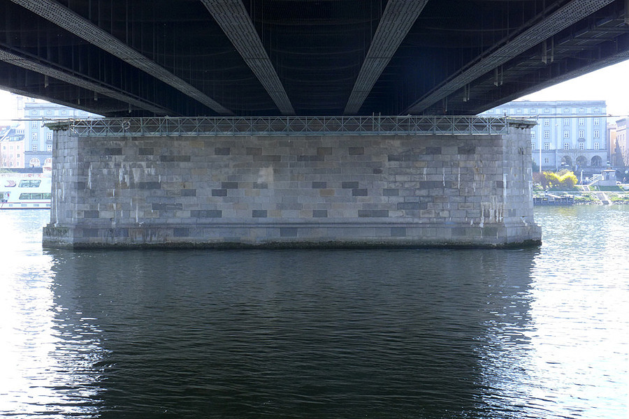 Underneath a bridge | LENS MODEL NOT SET <br> Click image for more details, Click <b>X</b> on top right of image to close