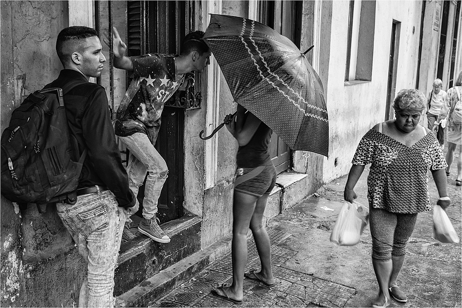 Umbrella in Havanna | LEICA SUMMICRON 35MM F2. <br> Click image for more details, Click <b>X</b> on top right of image to close