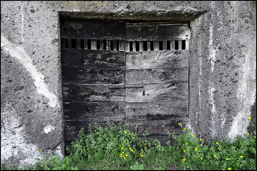 Calcata: old door | LENS MODEL NOT SET <br> Click image for more details, Click <b>X</b> on top right of image to close