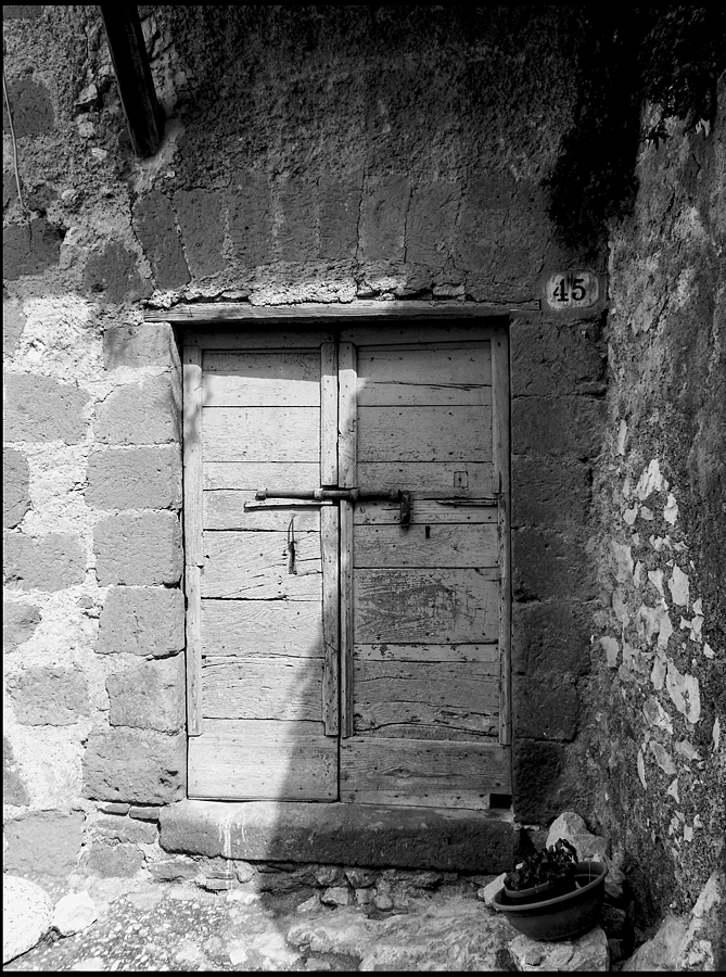 Artena: a old doorway | LEICA DC VARIO-ELMARIT 1:2.8/4.5-108 ASPH <br> Click image for more details, Click <b>X</b> on top right of image to close