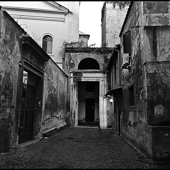 In the narrow streets of theold Ghetto in Rome. | LENS MODEL NOT SET
