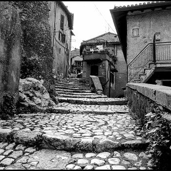 On the stairs of the main street of the ancient Artena | DC VARIO-ELMARIT 1:2.8/4.5-108 ASPH