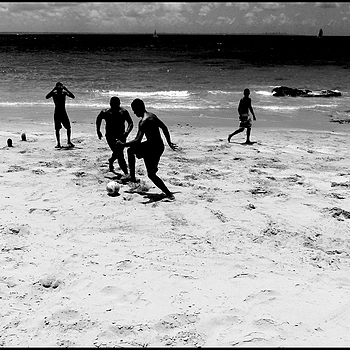 Ilha dos Frades: football on the beach 1