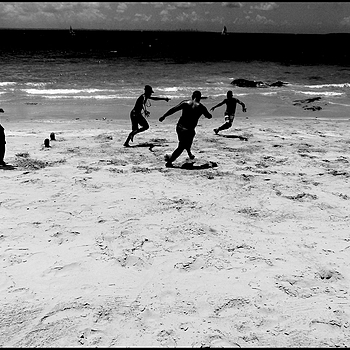 Ilha dos Frades: football on the beach 2