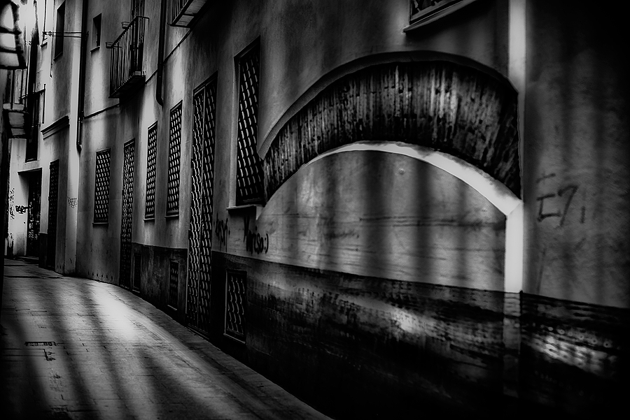 callejon | LEICA NOCTILUX 50MM F1 <br> Click image for more details, Click <b>X</b> on top right of image to close