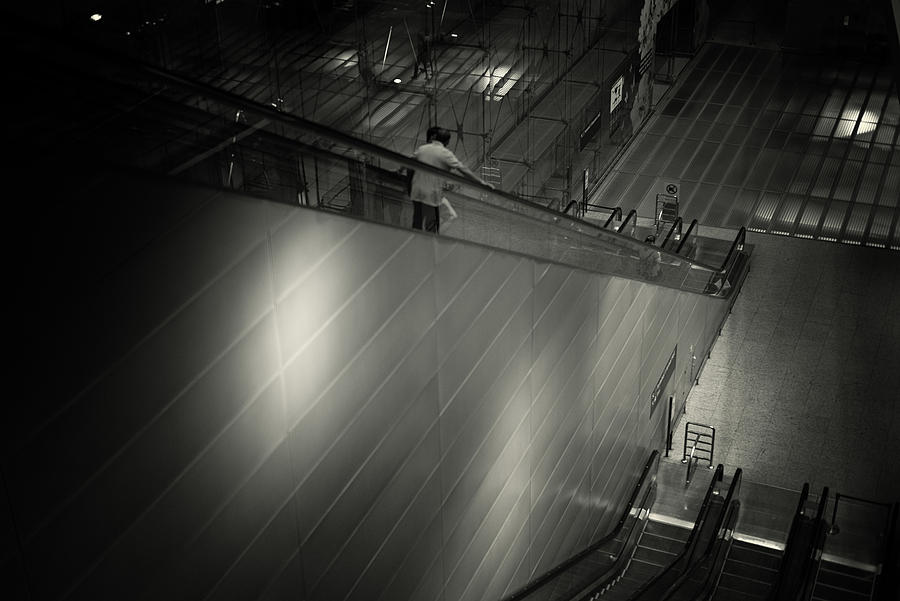 leicaimages.com gallery | De-escalating at the airport | Leica SUMMILUX 50mm f1.4 ASPH | LEICA M (Typ 240)