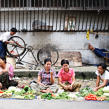 Yangon market women | LENS MODEL NOT SET
